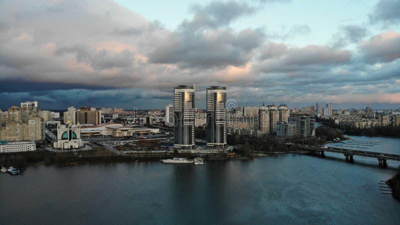 Floden framme av staden arkivbild