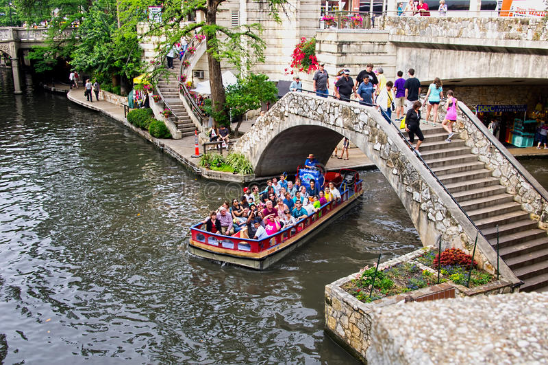 Floden går royaltyfria bilder