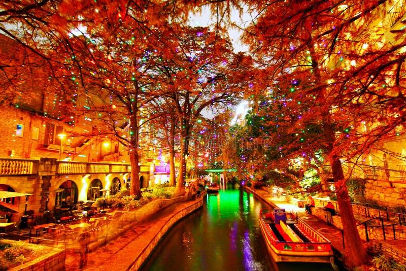 Floden går i San Antonio royaltyfria bilder