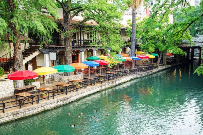 Floden går i San Antonio royaltyfri bild