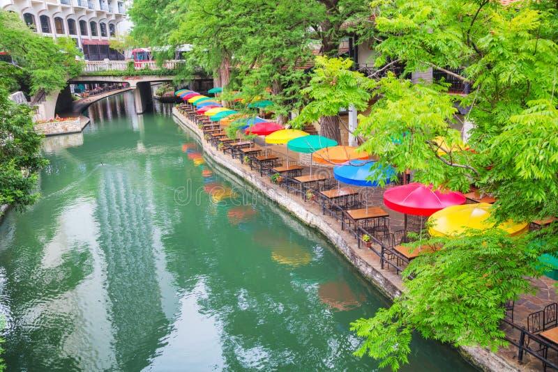Floden går i San Antonio arkivfoton