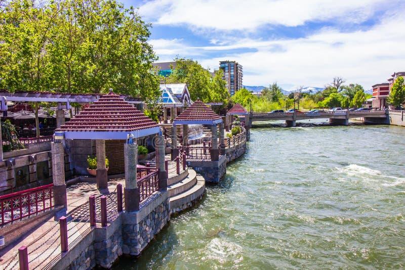 Floden går paviljonger på Truckee River i Reno fotografering för bildbyråer