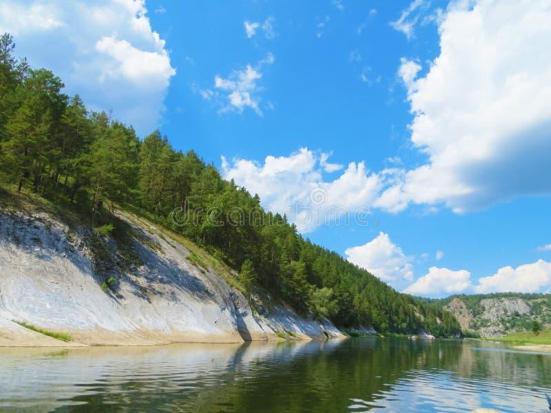 Floden Inzer för det flodInzer Ryssland BashkortostanBeautiful berget, bland vaggar och berg royaltyfria bilder
