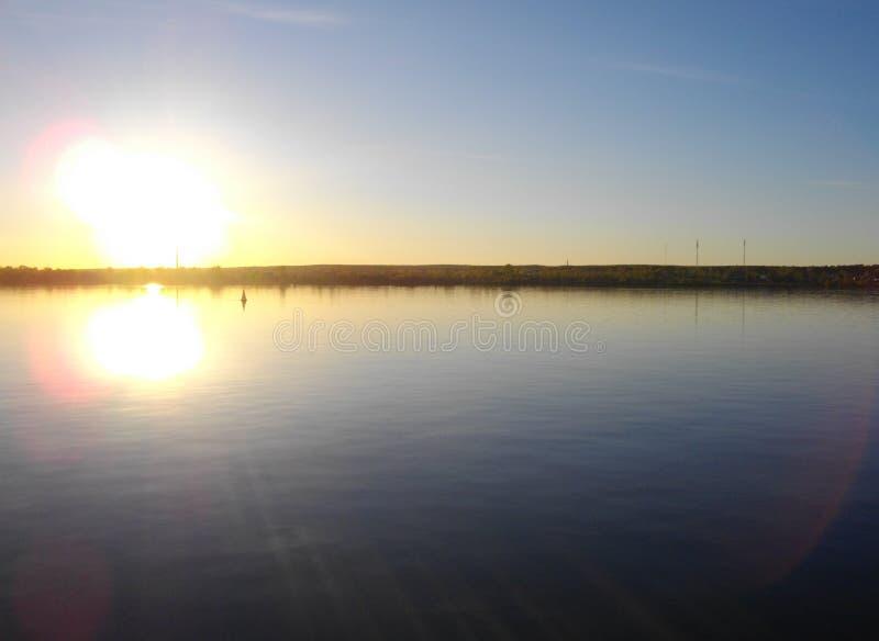 Floden Kama permanent Nästan solnedgång arkivfoto