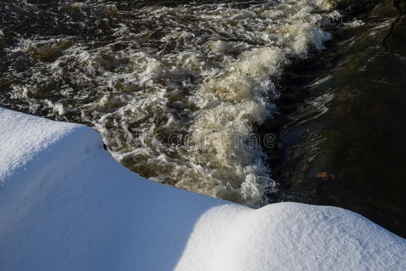 Floden landskap Flödande vatten och snö Naturlig vinterbakgrundsmodell royaltyfria bilder
