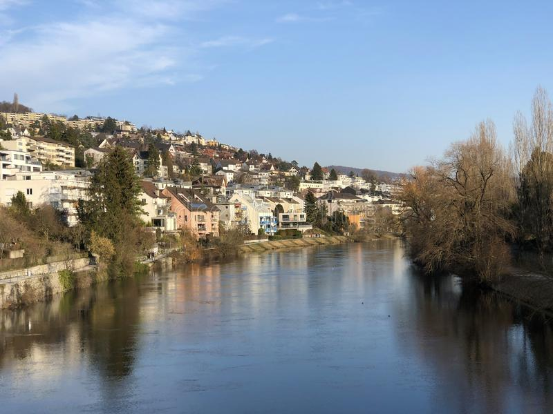 Floden Limmat med en promenad i staden av Zurich royaltyfri bild