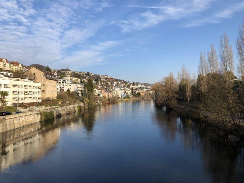 Floden Limmat med en promenad i staden av Zurich royaltyfria bilder