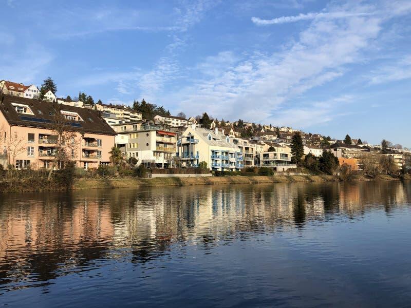Floden Limmat med en promenad i staden av Zurich royaltyfri fotografi