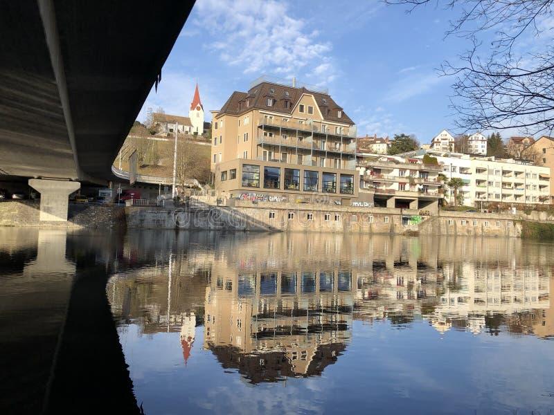 Floden Limmat med en promenad i staden av Zurich arkivfoton