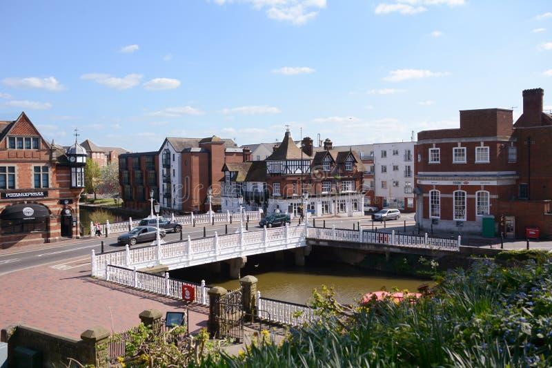 Floden Medway flödar under den Tonbridge storgatan i Kent, England royaltyfri foto