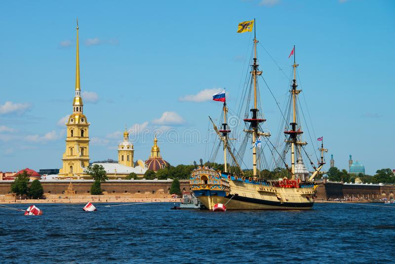 Floden Neva framför Peter och Paul fortress i Sankt Petersburg, Ryssland royaltyfria bilder