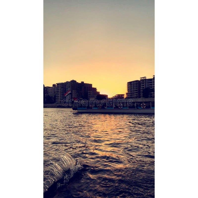 Floden och solnedgången i Egypten royaltyfria foton
