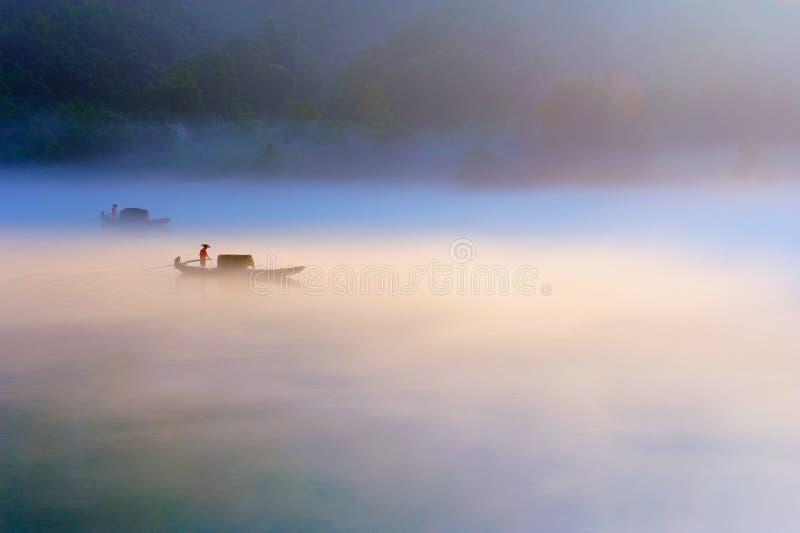 Floden på gryning royaltyfri bild