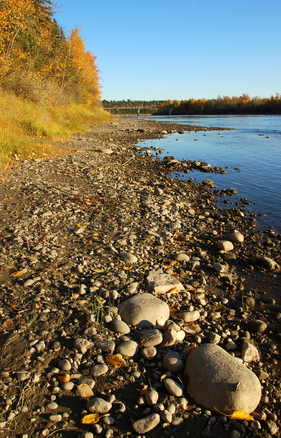 floden stenar dalen arkivbild