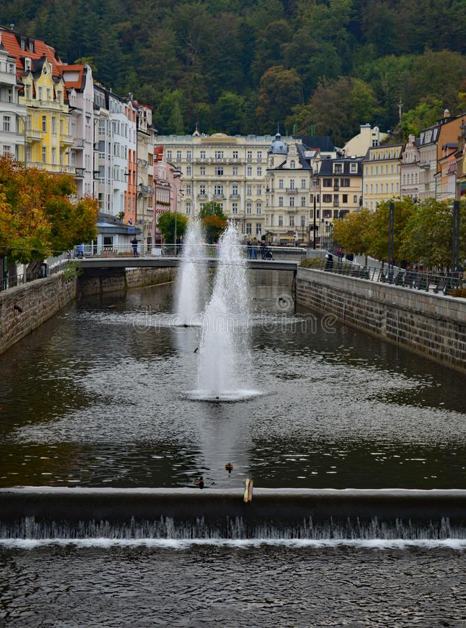 Floden Tepla och typiska färgglade terrassbyggnader i Karlovy varierar Tjeckien royaltyfria foton