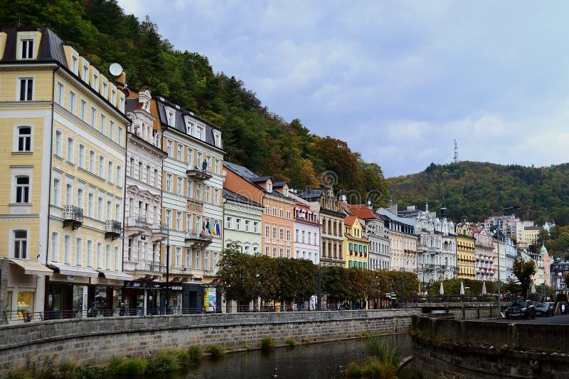 Floden Tepla och typiska färgglade terrassbyggnader i Karlovy varierar Tjeckien royaltyfri fotografi