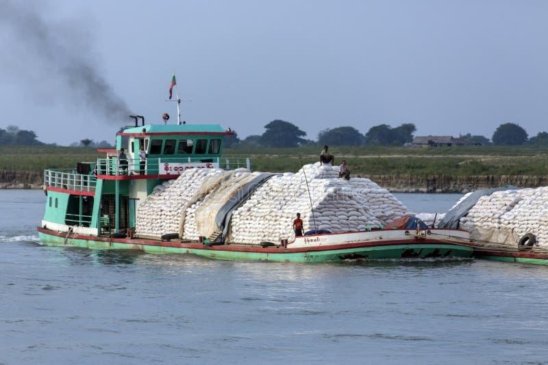 Floden trafikerar - den Irrawaddy floden - Myanmar royaltyfria foton