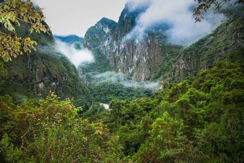 Floden Urubamba vid Machu Picchu Pueblo Aguas Calientes, Peru royaltyfri foto