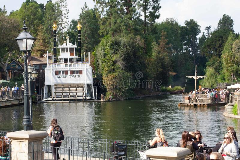 Floder av Amerika på Disneyland med Mark Twain Riverboat och flotten royaltyfri bild
