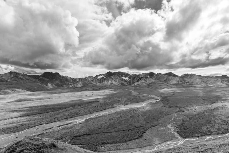 Is- floder och moln kontrasterar i nationalpark för Alaska ` s Denali royaltyfri bild