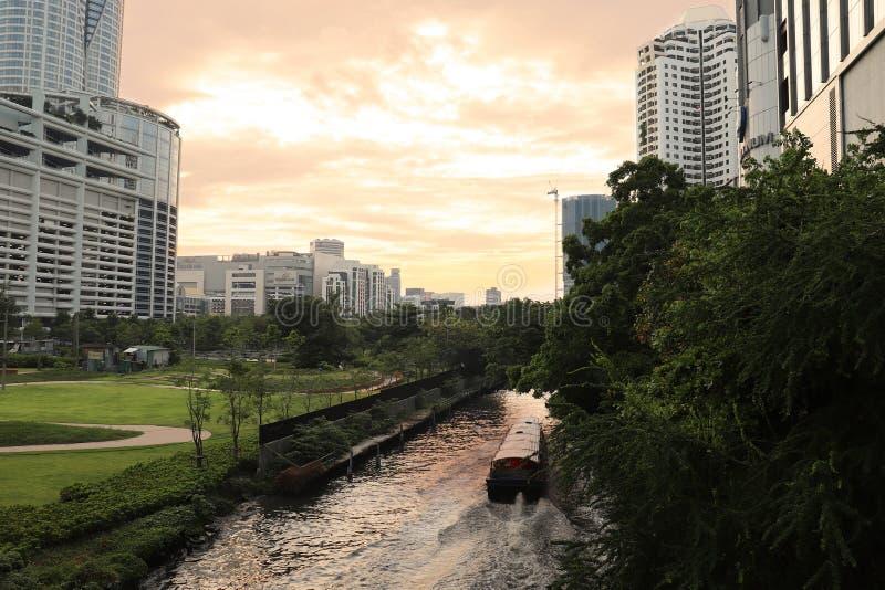 Flodfartyg i kanalen, nära platinashoppinggallerian Bangkok arkivfoton