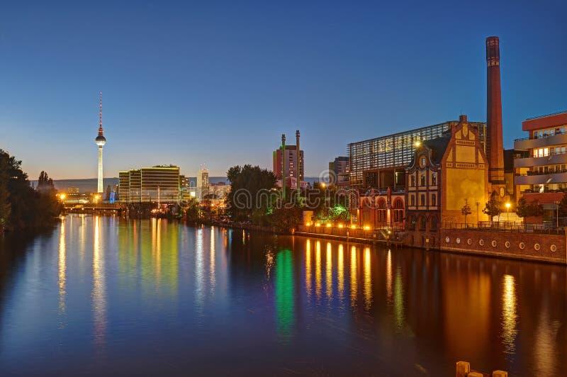 Flodfesten i Berlin på natten arkivbilder