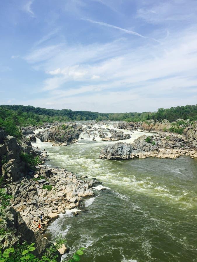 Flodforsar med små vattenfall och vaggar arkivbilder
