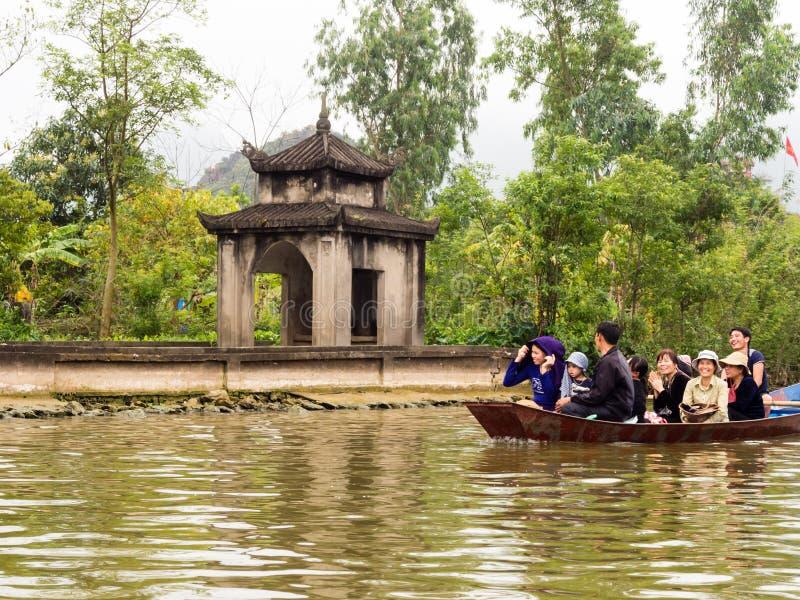 Flodkryssning som parfymerar pagoden, en populär dagsutflykt från Hanoi royaltyfri fotografi