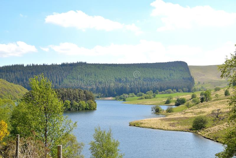 flodlandskap i Elan Valley i Wales, UK arkivfoto