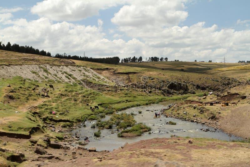 Flodlandskap och tvagningkvinnor i Etiopien royaltyfri fotografi