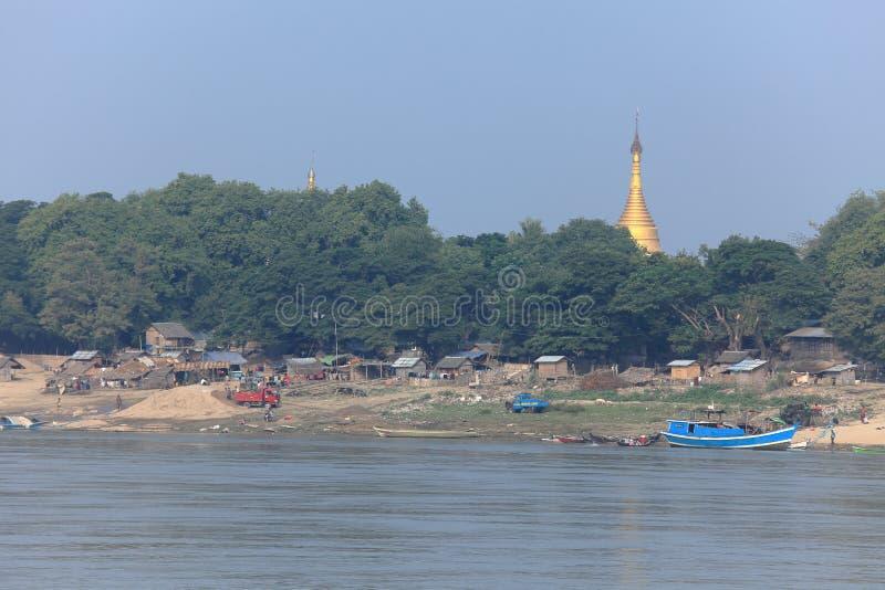 Flodlandskapen av den Irrawaddy floden i Myanmar fotografering för bildbyråer