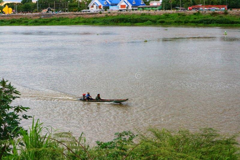 Flodlivlivsstil, fiskebåtchaufför i floden arkivfoton
