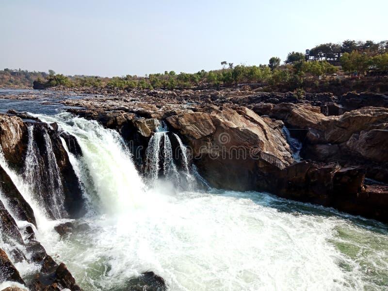 Flodmaanarmadaen med förundra sig vaggar jabalpur Indien arkivfoton