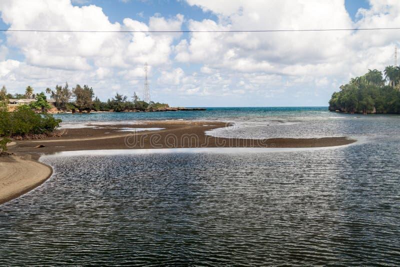 Flodmun nära Baracoa, Cu royaltyfri fotografi