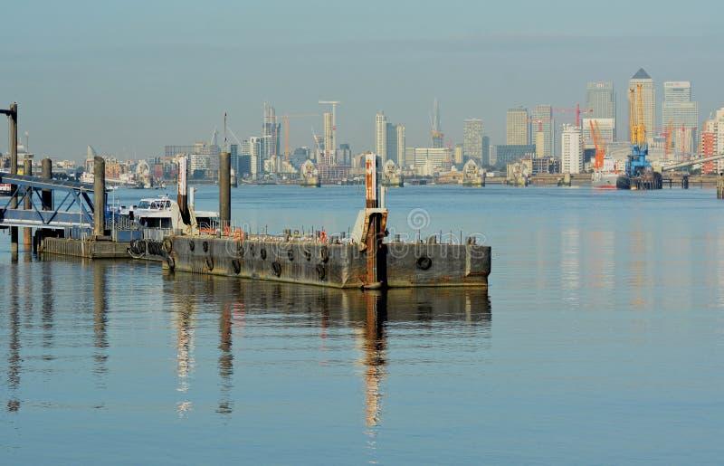 Flodpråm med Canary Wharf i bakgrund arkivfoton