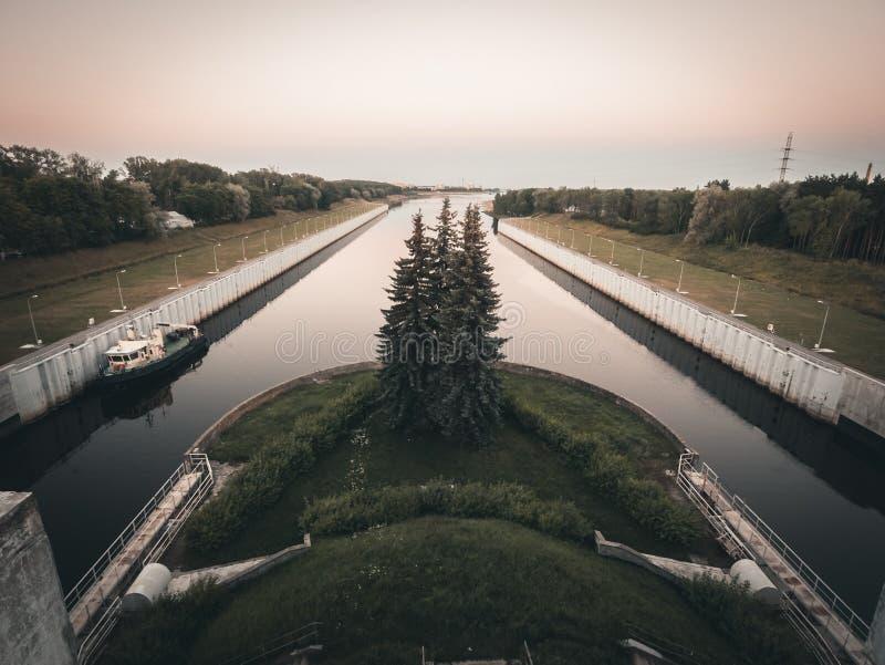 Flodsändningslåsportar system, kanal för fartyg och skepp, flodtrans.begrepp fotografering för bildbyråer