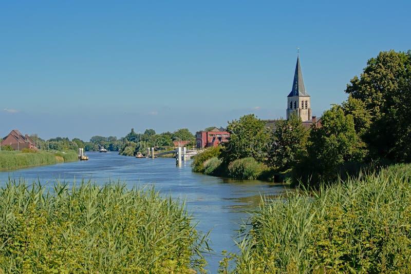 flodScheldt landskap med det kyrkliga tornet i den flemish bygden royaltyfri fotografi
