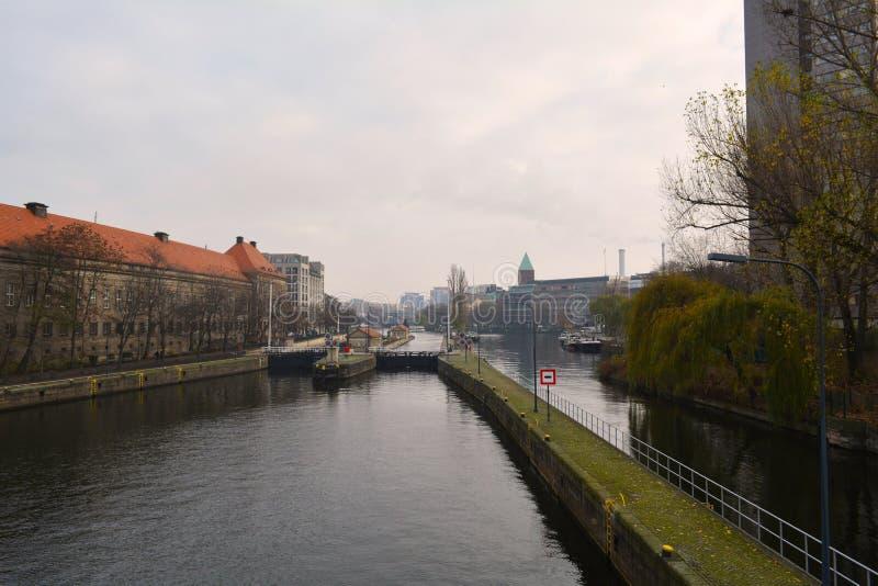 Flodsidosikt i Berlin (Tyskland) royaltyfri bild