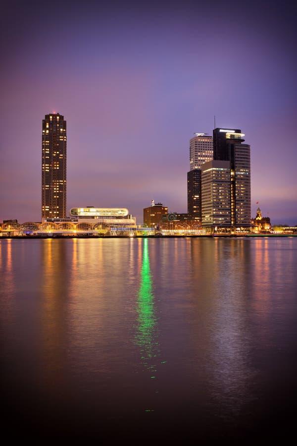Flodsikt av den Rotterdam stadsmitten på natten arkivbild
