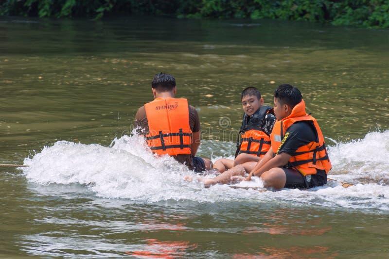 Flodsikt med flottehuset på floden Kwai i Kanchanaburi royaltyfri fotografi
