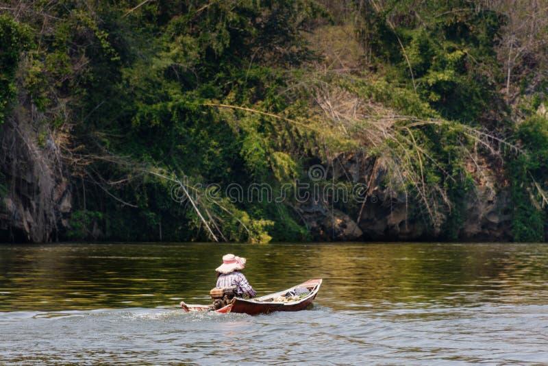 Flodsikt med flottehuset på floden Kwai i Kanchanaburi fotografering för bildbyråer