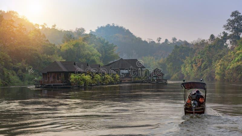 Flodsikt med flottehuset på floden Kwai i Kanchanaburi arkivfoton