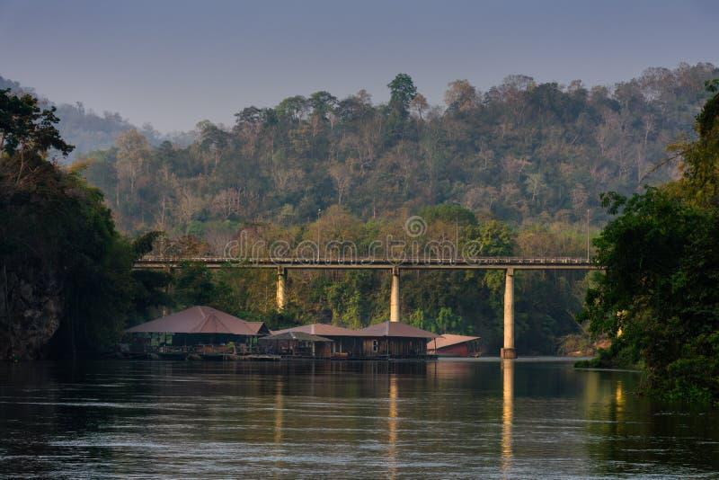 Flodsikt med flottehuset på floden Kwai i Kanchanaburi arkivbild