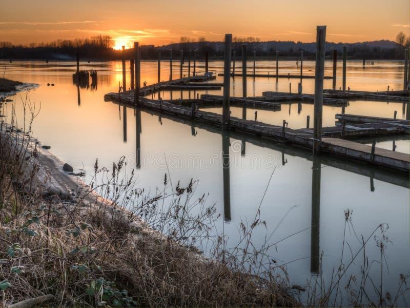 Flodskeppsdocka på solnedgången royaltyfria bilder