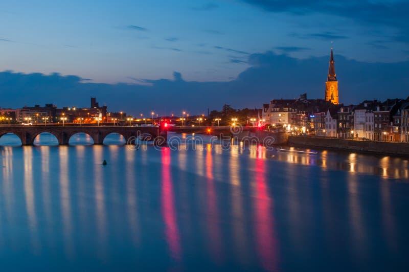 Flodstrand vid natt i Maastricht, Nederländerna royaltyfri fotografi