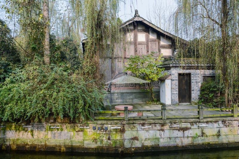 Flodstranden åldrades den kinesiska herrgården på den soliga vintermiddagen royaltyfri foto
