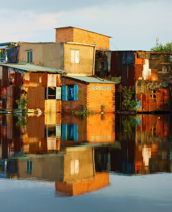 Flodstrandlutninghus, tegelstenvägg som är fattig arkivfoton