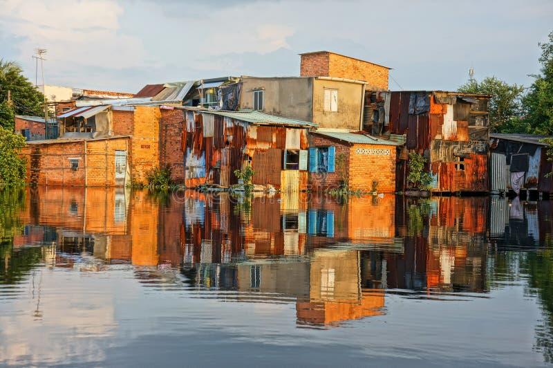 Flodstrandlutninghus, tegelstenvägg som är fattig arkivbilder