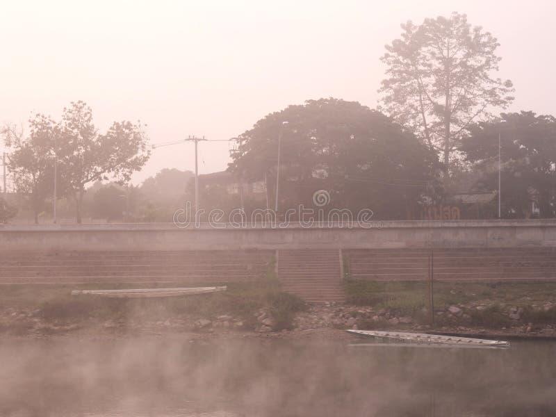 Flodstrandsikt i morgondimma arkivfoton