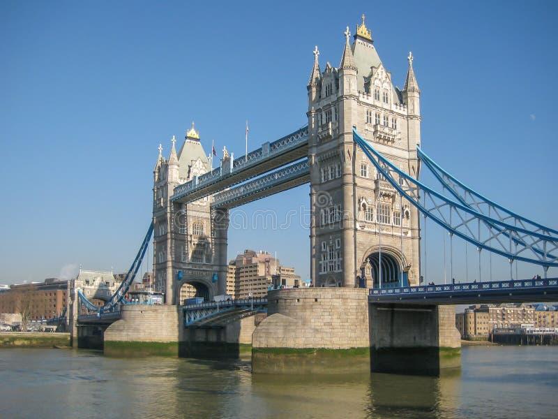 FlodThemsen i centrala London med drottningtornbron på bakgrund fotografering för bildbyråer